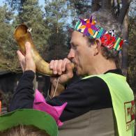 Meester Geert blaast op een van de laatste Goriënhoorns (foto: gemeente Retie)