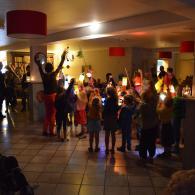 De Gezinsbond van Dessel begint hun zangtocht in het woonzorgcentrum Kempenerf (foto: Niels Schalley)